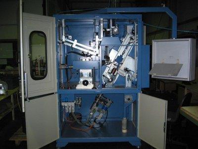 Plasmaschweißmaschine mit verstellbarer Schweißachse zum Panzern von Ventilen für Verbrennungsmotore. Für Tellerdurmesser 22 bis 63 mm und einer Schaftlänge von 75 bis 260 mm