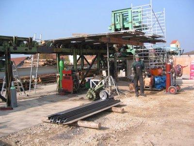 Montage einer Rundholzsortierung mit Entrindung und Materialzuschnitte für Aussteifungen