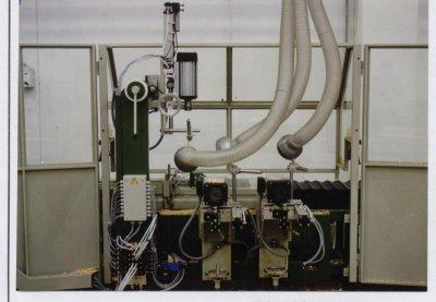 Diese numerisch gesteuerte Mehrspindelbohrmaschine wird zum Bohrenvon Holzteilen in der Serienfertigung eingesetzt