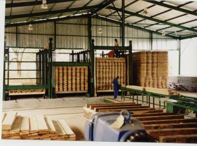 Aufstapeln der Bretter in Stapelwägen, die danach in die Trockenkammern gefahren werden(bei AFRI LOGS in Süd - Afrika)
