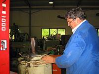 Schwenkgetriebe-Reparatur für großen Förderbandaustrag. Anfertigung eines neuen Gehäuselagerdeckels und neue Kugellager einbauen