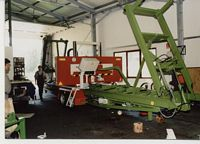 Fertigstellen einer Bandsägenanlage in der Produktionswerkstätte